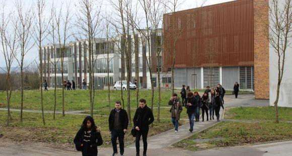 Etudiants de l'université de Reims Champagne-Ardenne (URCA), sur le campus Croix Rouge.