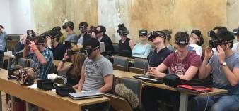 Neoma s'est équipée de 50 casques de réalité virtuelle pour proposer à ses étudiants des études de cas d'un nouveau genre. //©Neoma business school