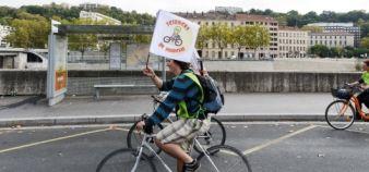 Les chercheurs à vélo sur les quais de Saône à Lyon ©Stephane AUDRAS/REA