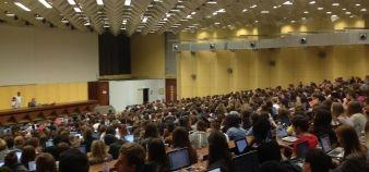 Lundi 28 septembre, l'aula magna de l'université de Bordeaux, d'une capacité de 1.000 places, était pleine. Les premiers élèves décrocheurs permettent de réduire la pression dans les amphis. //©Julia Zimmerlich