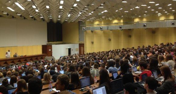 Lundi 28 septembre, l'aula magna de l'université de Bordeaux, d'une capacité de 1000 places, était pleine. Les premiers élèves décrocheurs permettent de réduire la pression dans les amphis.