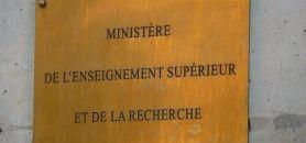 Les syndicats ont finalement eu gain de cause sur la suppression de l'entretien avec le directeur de composante, proposition qui avait été ajoutée in extremis au projet de décret par le Ministère.