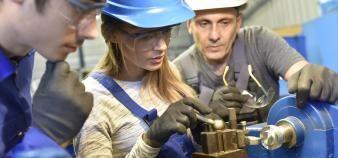 Une proposition de loi lancée par des députés soulève la question de l'engagement des apprentis auprès des entreprises qui les ont formés. //©Goodluz/Adobe Stock