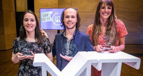 Tom Mébarki, gagnant de l'édition 2019, est entouré d'Apolline Chabenat (à gauche) et Leah Vandeveer (à droite). //©MT180 CPU-CNRS - David Pell