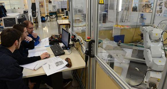 L'ENSMM, installée à Besançon, forme chaque année 900 élèves ingénieurs, dans le domaine de la micromécanique.