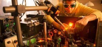 Les principaux critères de choix des jeunes ingénieurs qui plébiscitent le CNRS sont la recherche de sens et l'équilibre entre vie professionnelle et vie familiale. //©Kaksonen - CNRS Photothèque
