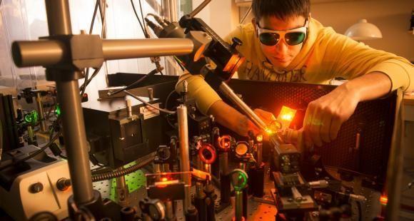 CNRS laboratoire - Alignement d''un faisceau laser dans le cadre d'une expérience d'optique.