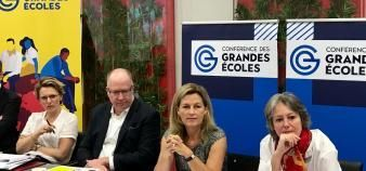 La présidente de la CGE, Anne-Lucie Wack, entourée de Peter Todd, DG d'HEC Paris, et Alice Guilhon, DG de Skema (à gauche), et Julie Joly, directrice du CFJ (à droite). //©Etienne Gless