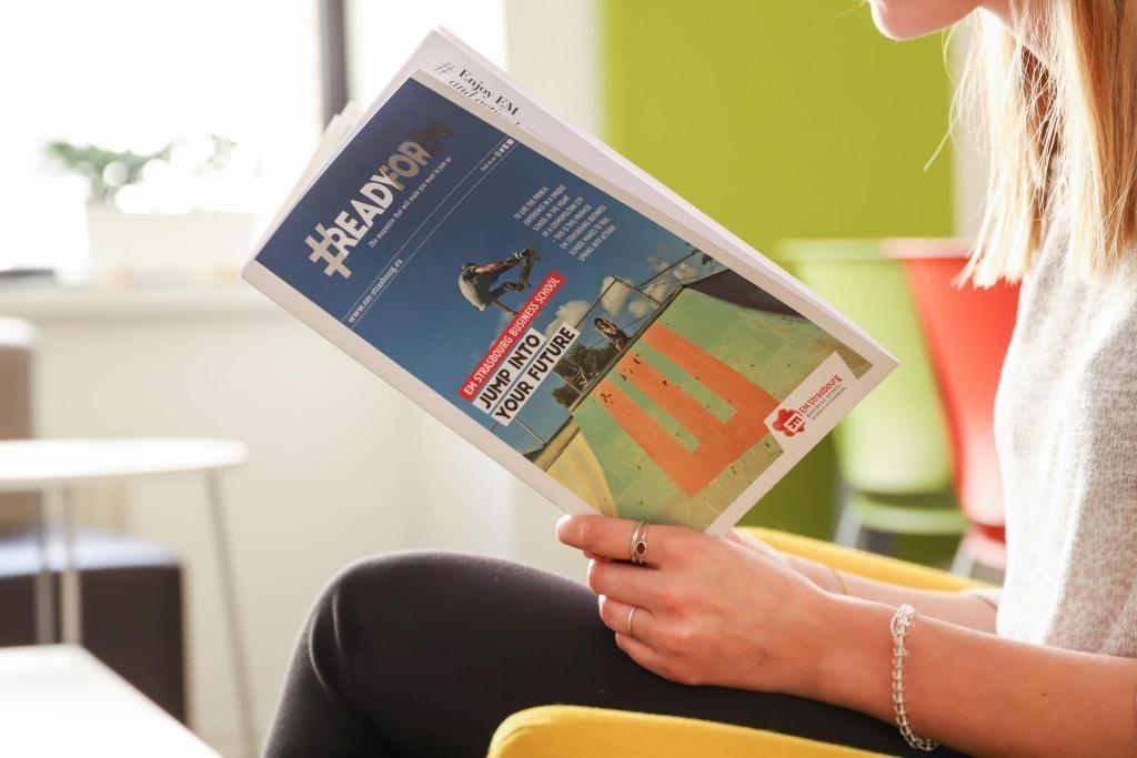 Un magazine de huit pages à destination des étudiants étrangers : c'est le pari réussi de l'EM Strasbourg pour son recrutement à l'international. //©Université Strasbourg 1