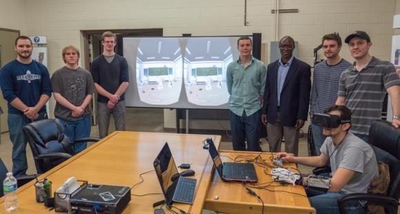 Des étudiants de Penn State suivent un cours online en réalité virtuelle avec casque et gants connectés.