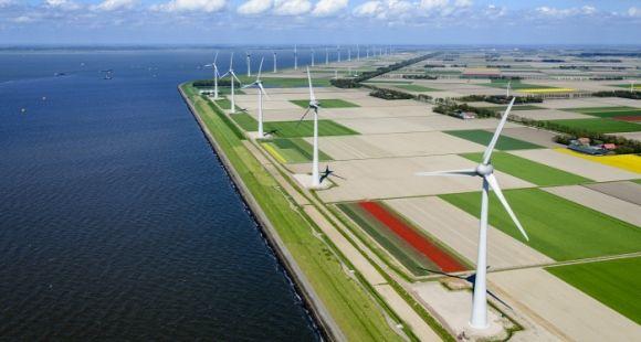 Construction d'un parc éolien aux Pays-Bas.