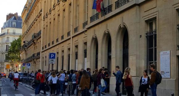 Les étudiants se pressent devant l'adresse emblématique de Sciences po, rue Saint-Guillaume à Paris.