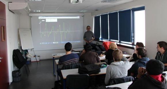 Professeur de physique à l'UJF, Joël Chevrier donne un cours de mécanique dans lequel il utilise les smartphones © UJF Grenoble