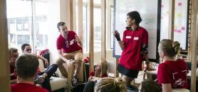 Les travaux en groupe sont devenus la base de la pédagogie dans les écoles de commerce. //©Romain Étienne/item pour l'Etudiant
