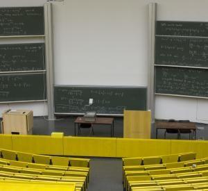 Les amphithéâtres et salles de cours vont rester vides pendant plusieurs semaines mais l'enseignement ne s'arrête pas pour autant. //©plainpicture/André Schuster