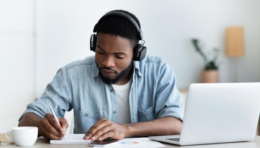 Selon le baromètre Voltaire, plus les répondants écoutent de styles de musiques différents, meilleurs sont leurs résultats. //©Adobe Stock/Prostock studio