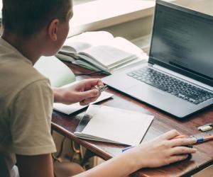 La mise en place de l'enseignement à distance dans les lycées doit permettre d'éviter le brassage des élèves et de favoriser la distanciation physique.