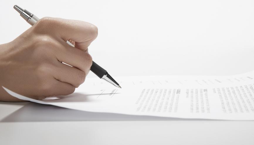 Votre CV mentionne-t-il tous vos diplômes ? À qui avez-vous adressé votre lettre de motivation ? C'est l'heure des ultimes contrôles. //©plainpicture/amanaimages/Clover