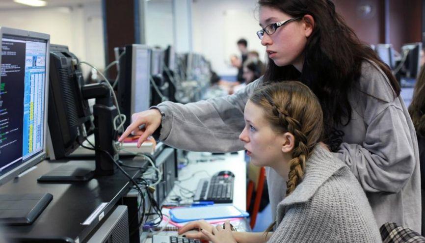 """À l'Epitech, réseau d'écoles d'informatique, la """"piscine"""" est une période de trois semaines où les nouveaux arrivants acquièrent les bases de la programmation, par l'autoapprentissage et l'entraide. //©Marta NASCIMENTO/REA"""