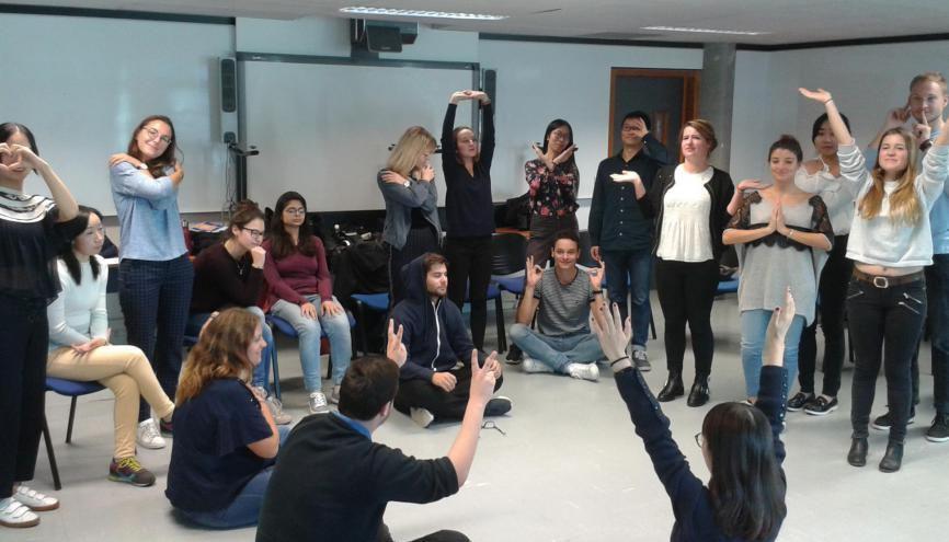 Un cours de pleine conscience à Grenoble école de management. //©GEM