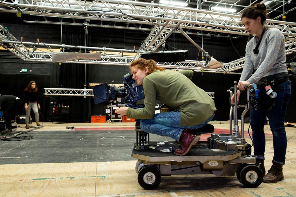 """Derrière Naomi, la réalisatrice et cadreuse pour cet exercice, Pauline joue les """"machinos"""" : c'est elle qui déplacera le chariot pour la prise de vue.  //©Florence Levillain pour L'Étudiant"""