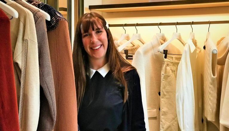 """Mathilde, 23 ans, se forme en alternance au Bon Marché et à l'EMLV Paris au métier de """"client advisor"""". Tout le programme à l'école s'effectue en anglais, une grande partie de la clientèle du grand magasin étant internationale."""