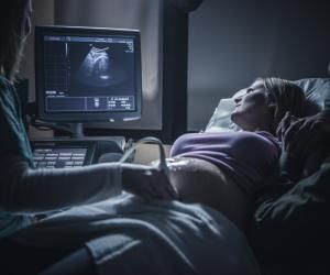 La sage-femme accompagne les femmes enceintes pendant et après la grossesse.