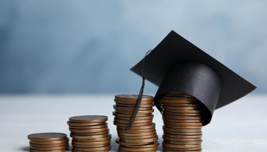 Plusieurs bourses existent pour vous aider à faire baisser la note des frais d'inscription de l'école de votre choix. //©New Africa / Adobe Stock