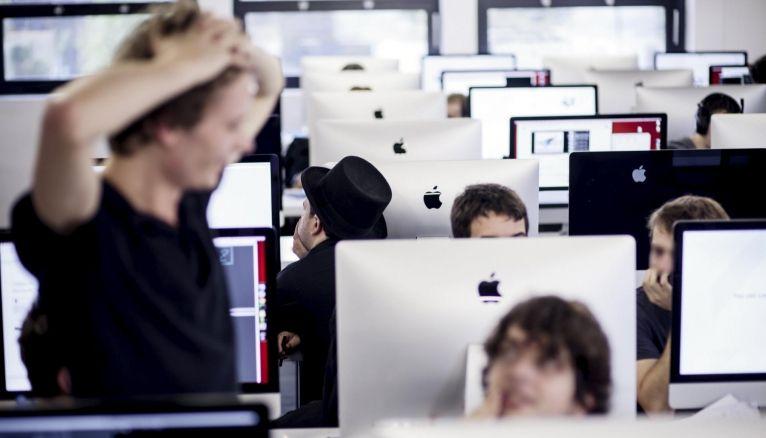 À l'école 42, 900 iMac, répartis en trois salles de travail, accueillent les élèves 24 heures sur 24.