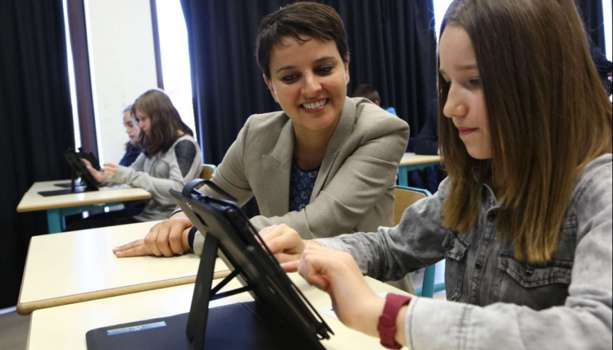 La ministre de l'Éducation nationale, Najat Vallaud-Belkacem, en déplacement au collège de la Haute-Vezouzed dans l'académie de Nancy-Metz pour présenter le plan numérique.