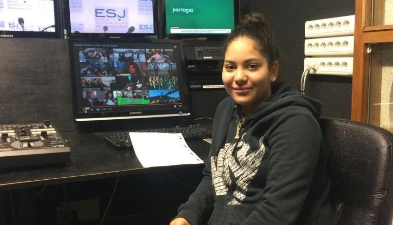 La salle de montage de l'ESJ, à Paris, n'a plus de secret pour Cylia, apprentie journaliste pour son stage de 3e.