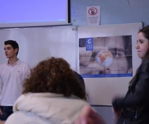 Charlotte (à droite), en TS1, écoute l'étudiant de l'ESCE raconter son parcours.