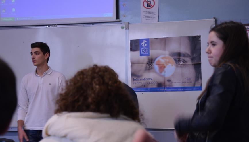 Charlotte (à droite), en TS1, écoute l'étudiant de l'ESCE raconter son parcours. //©erwin canard