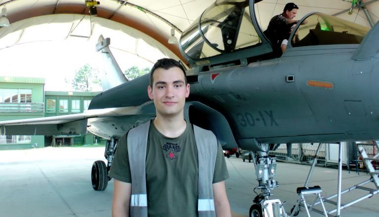 """""""Pour devenir mécanicien sur Rafale, j'ai d'abord obtenu un BTS aéronautique à Toulouse."""" Matthieu, 23 ans, sergent de l'armée de l'air."""