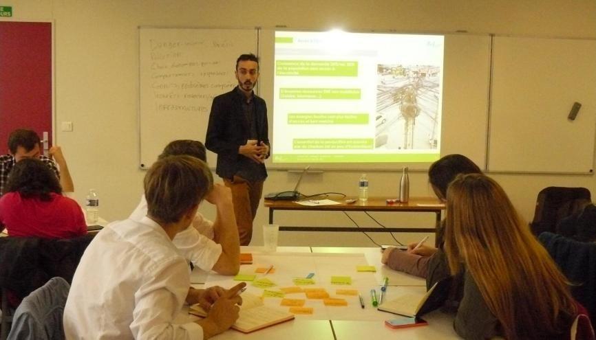 Les ateliers, comme celui-ci, consacré à l'accès à l'énergie, incitent les étudiants à remettre en cause leurs projets à l'aune des solutions existantes. //©Cécile Peltier