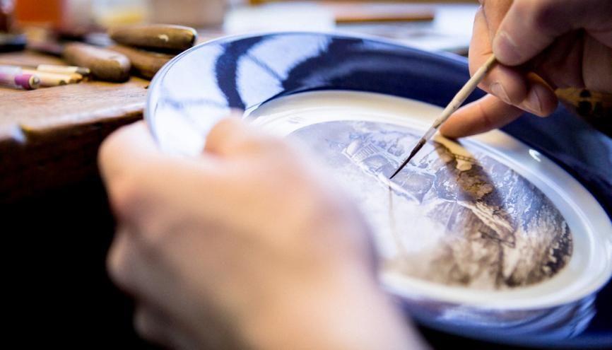 Près de deux semaines sont nécessaires à la peinture d'une assiette. //©Florence Levillain/Signatures pour l'Etudiant