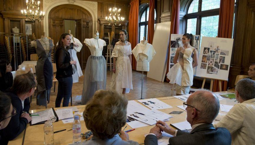 Esmod, École supérieure des arts et techniques de la mode, dispense une formation de styliste designer en trois ans. Ici, le pré-jury pour les étudiantes de 3e année. //©Cyril Entzmann / Divergence pour l'Etudiant