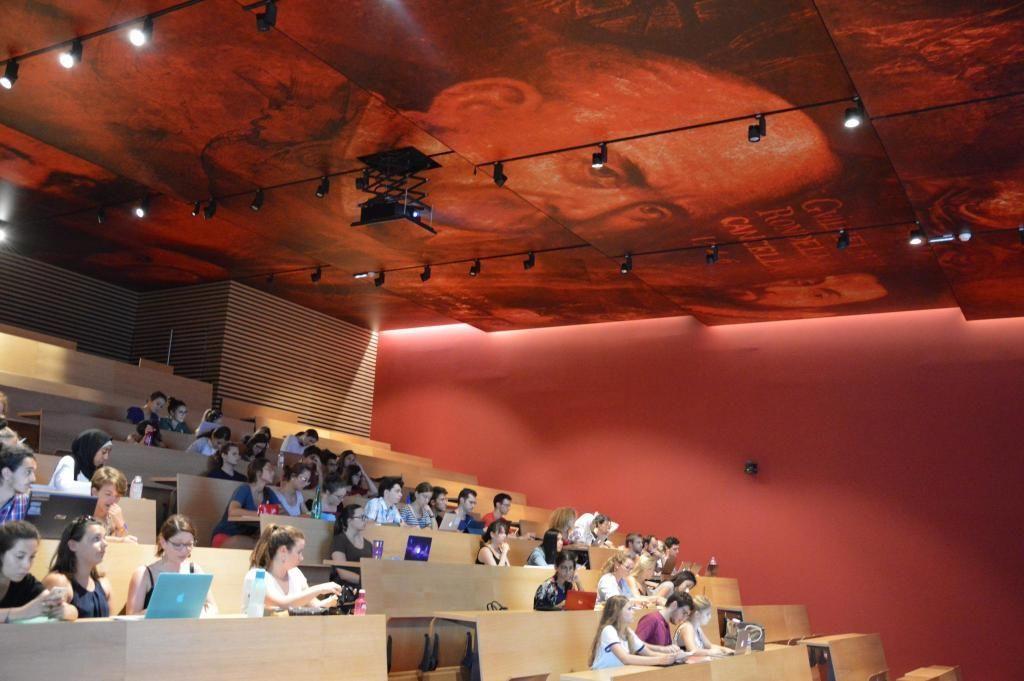 À Montpellier, les étudiants en médecine suivent leurs cours sous le regard de leurs illustres aînés. //©Guillaume Molaret