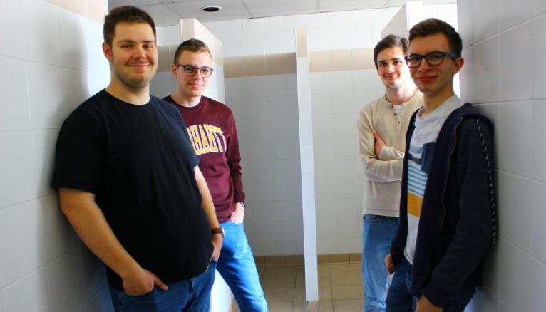 """""""Les douches communes n'ont pas du tout de pression, il faut être seul dans la salle de bains pour espérer avoir de l'eau !"""", déplore Nicolas (à gauche). Maxime, Florian et Logan sont du même avis."""