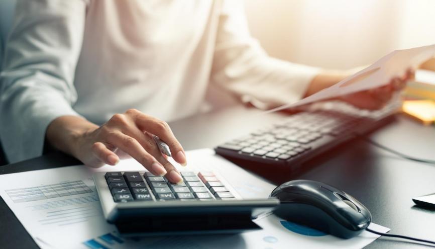 Le DCG permet de travailler dans le domaine de la comptabilité, des banques et des assurances, du commerce, de la fonction publique. //©Adobe Stock/ sutlafk