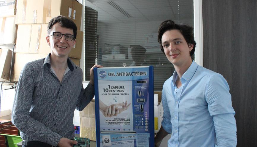 Benjamin et Arthur, fiers de leurs distributeurs permettant de remettre les centimes d'euros dans le circuit. //©Delphine Dauvergne