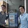 Benjamin et Arthur, fiers de leurs distributeurs permettant de remettre les centimes d'euros dans le circuit.