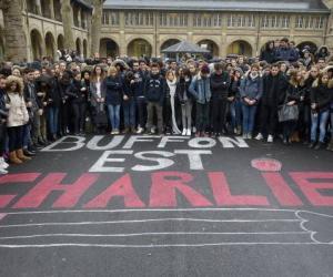 """Minute de silence au collège-lycée Buffon, à Paris, le 8 janvier 2015, en présence de la ministre de l'Éducation nationale Najat Vallaud-Belkacem, en hommage aux victimes de l'attentat du 7 janvier au siège de """"Charlie Hebdo""""."""