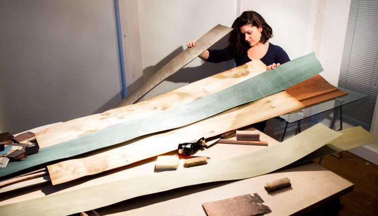"""<strong>ANNE, CRÉATRICE ET CHEF D'ENTREPRISE AVERTIE ! (2/2)</strong><br />L'objectif d'Anne : créer une gamme moderne de marqueterie, ces décors plaqués de bois fin. """"C'est l'assemblage de différentes essences de bois ou parfois de métaux, et mon métier, c'est d'en faire quelque chose de contemporain, avec des techniques numériques.  Je crée mes motifs sur mon ordinateur, et grâce à une machine, je découpe mes plaquages, que j'assemble ensuite avec des techniques traditionnelles de marqueterie"""", s'enthousiasme la jeune femme. """"Dans mon business plan, je me suis laissé 6 à 8 mois sans rentrées d'argent, pour me laisser le temps de créer ma collection."""" //&nbsp;&copy;&nbsp;Thomas Louapre / Divergence pour l&#039;Étudiant"""