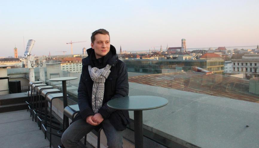 Sur la terrasse du toit de l'université, Augustin a une belle vue sur Munich et ses clochers d'églises. //©Delphine Dauvergne