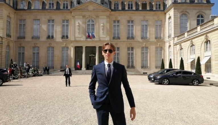 Nicolas, dans la cour de l'Elysée lors de la réception des membres de la Convention citoyenne pour le climat, le 29 juin.