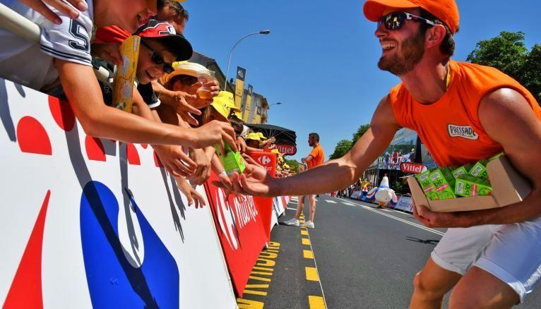 Jules, étudiant en M2 à l'université Savoie-Mont-Blanc, est caravanier sur le Tour de France pour des marques de jus de fruits.