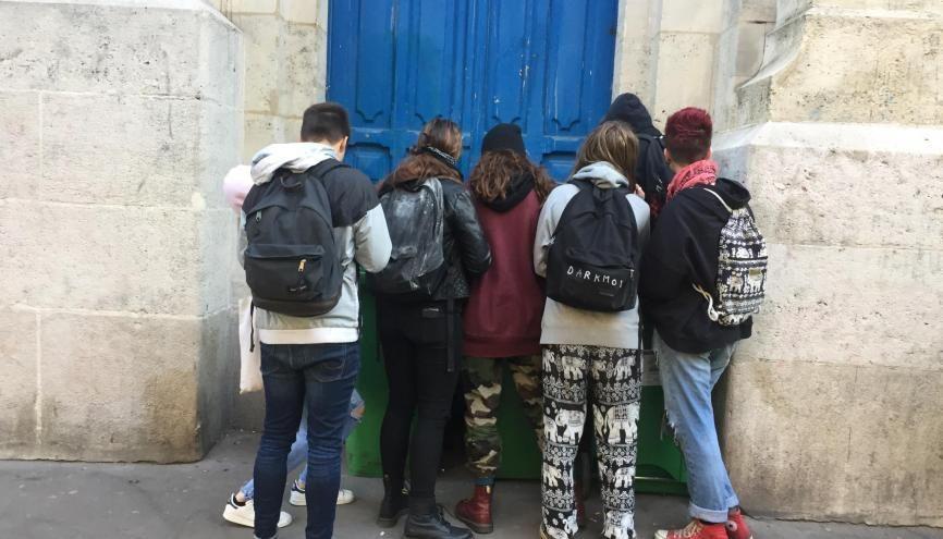 Des élèves veulent bloquer le lycée Voltaire, à Paris, en réaction aux résultats du premier tour de la présidentielle. //©Laura Taillandier