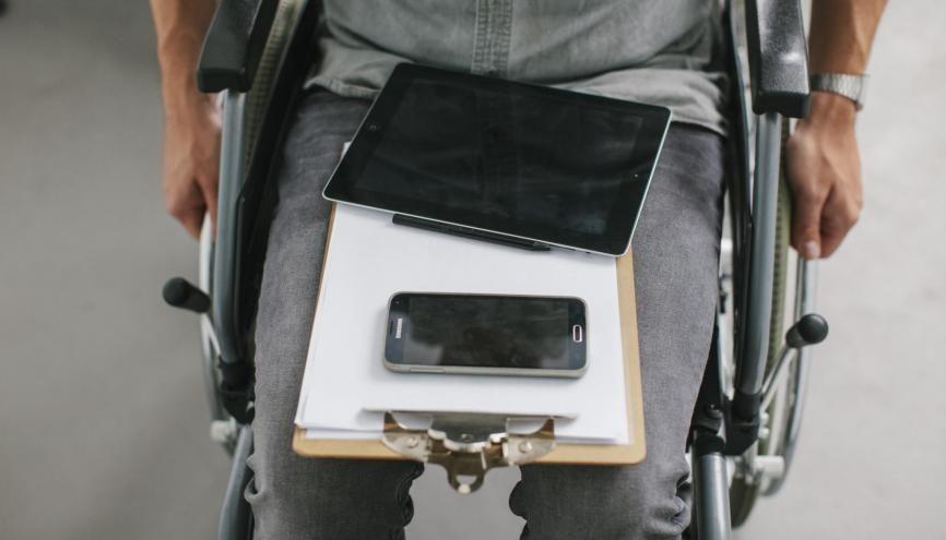 Des salons virtuels au parrainage, les jeunes diplômés en situation de handicap peuvent être aidés pour accéder plus facilement à l'emploi. //©Plainpicture/Kniel Synnatzschke