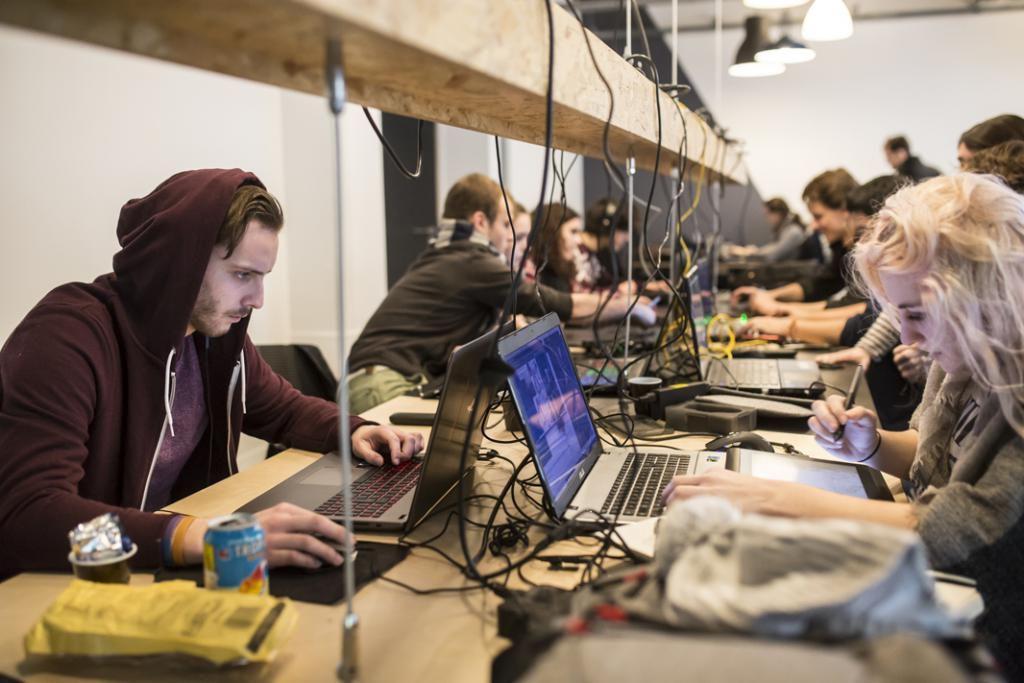 L'espace de coworking est plein à craquer. Les étudiants en jeu vidéo et animation sont des passionnés, capables de travailler jusqu'à la fermeture de l'école à 22 heures. //©Laurent Hazgui/Divergence pour l'Etudiant